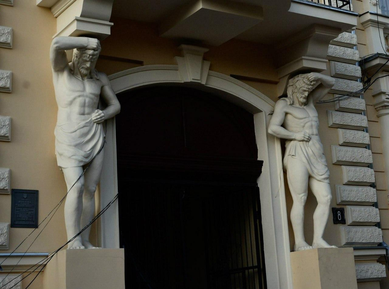 Скульптура атлантов для фасада