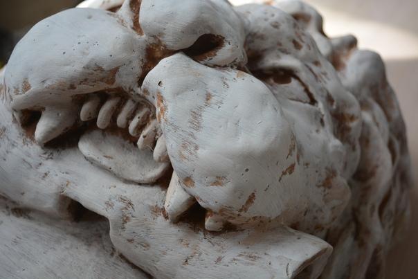 Голова льва с вензелем, лепнина в Рязани