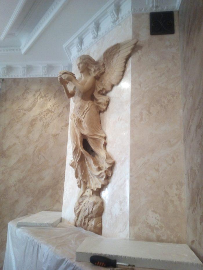 Скульптура богини Ники над камином