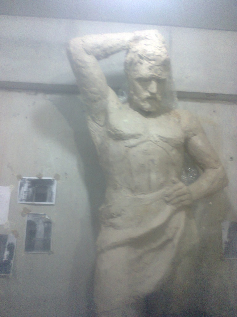 процесс лепки скульптуры атланты